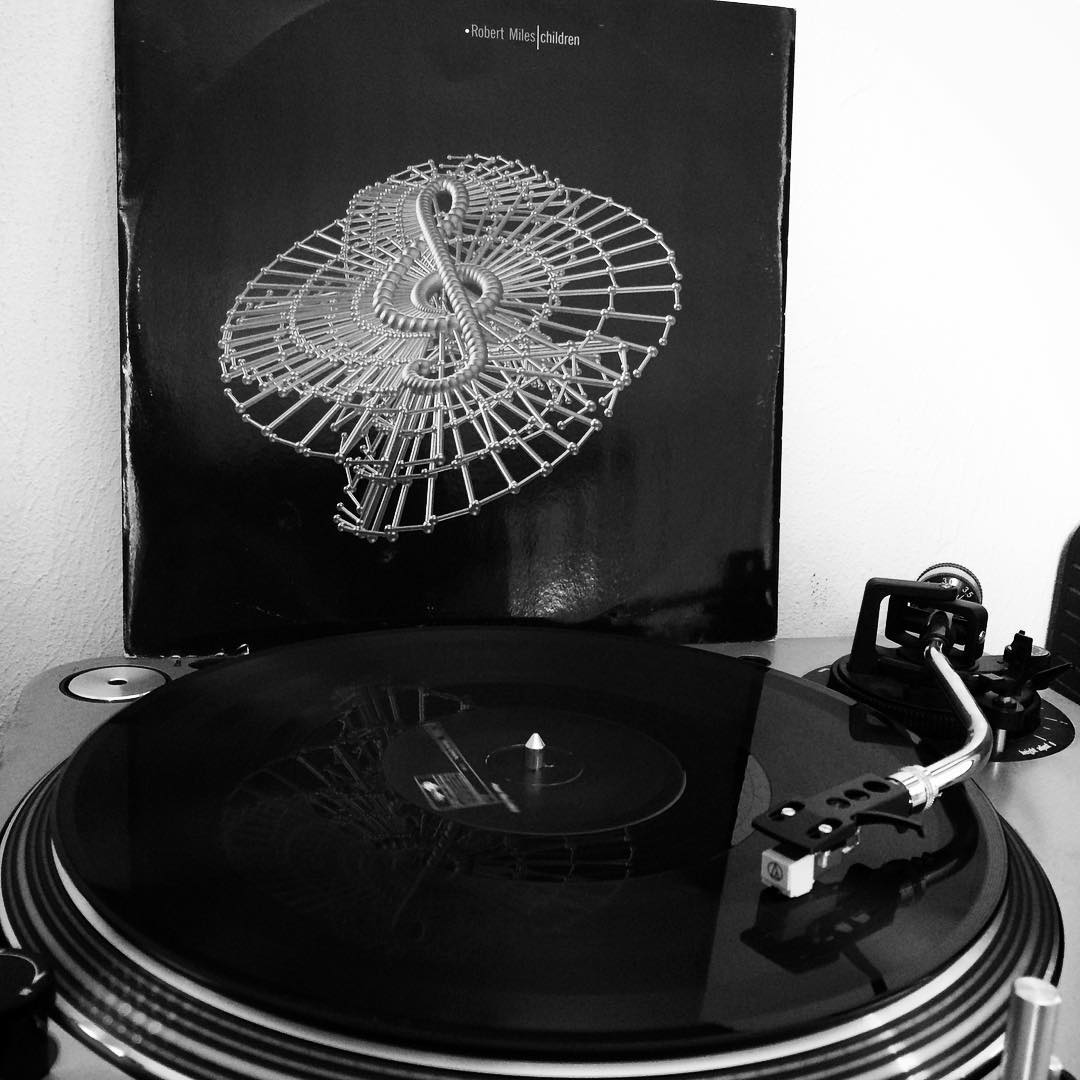 Alte Plattenkiste aufgemacht und Robert Miles draufgemacht. R.I.P. ☹️ #vinyl #nowspinning #robertmiles