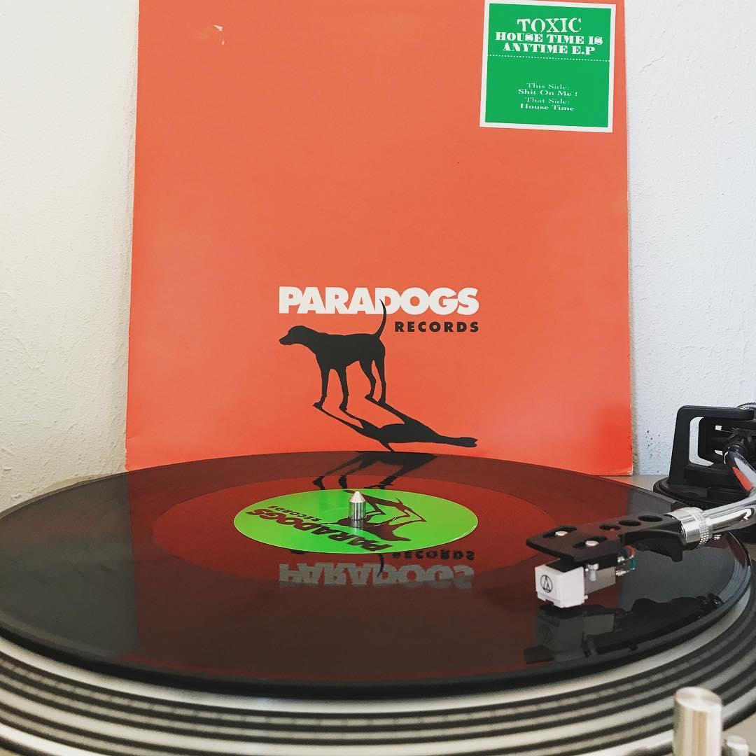 House Time #Toxic #HouseTimeIsAnytimeEP #nowspinning #vinyl #1996 #MarcRobotex #HardTrance #Paradogs #Karlsruhe #Plattenspieler